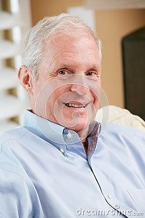 Portret Uśmiechnięty Starszy mężczyzna W Domu