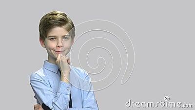Portret uroczy dziecko z zastanawiać się wyrażenie zbiory wideo