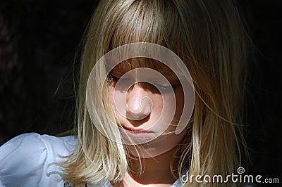 Portret van droevig jong meisje