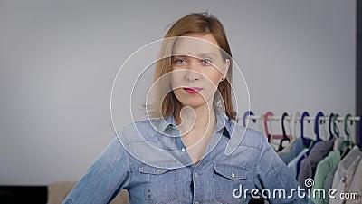 Portret van een aantrekkelijke vrouw Het meisje is, en is thuis bezig geweest met kleding en manier stock footage