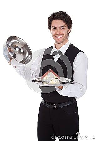 Portret van een butler met model van een huis