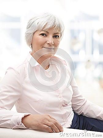 Portret van een hogere vrouw