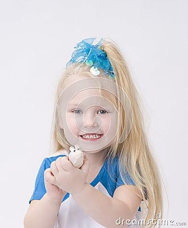 Portret van een leuk meisje met stuk speelgoed muis