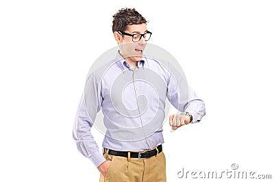 Portret van een mens die zijn horloge bekijkt