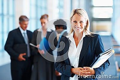 Portret van een mooie bedrijfsvrouw met dossiers