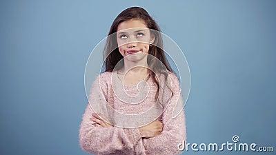 Portret van geïrriteerd langharig tienermeisje die haar ogen rollen terwijl wordt gevoed omhoog of bored, geïsoleerd over blauwe