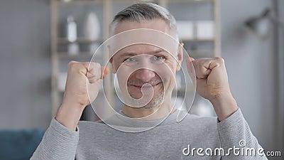 Portret van Gray Hair Man Celebrating Success stock footage