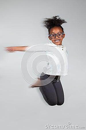 Portret van het Jonge Afrikaanse Amerikaanse meisje springen