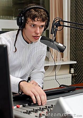 Portret van het mannelijke DJ werken