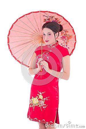 Portret van jonge aantrekkelijke vrouw in rode Japanse kleding met um