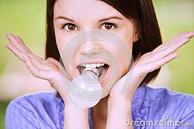 Portret van jonge grappige vrouw