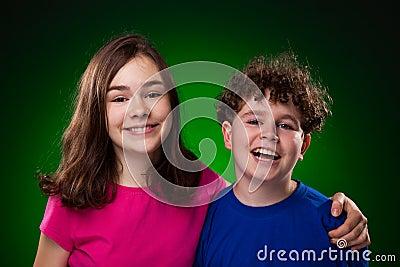 Portret van jonge meisje en jongen