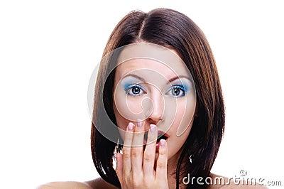 Portret van jonge verbaasde vrouw