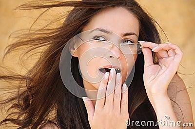 Portret van jonge verraste vrouw