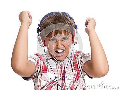 Portret van jongen met hoofdtelefoons