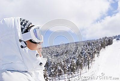Portret van mooie skiër die vooruit kijkt