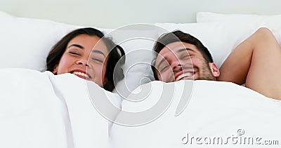 Portret van paarslaap onder witte deken op bed stock videobeelden