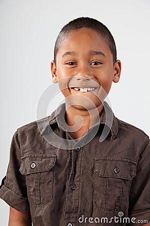 Portret van schooljongen 9 met reusachtige toothy glimlach