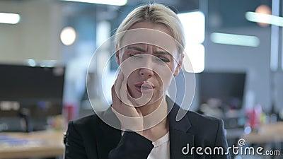 Portret van Sick Businesswoman met Toothache stock video