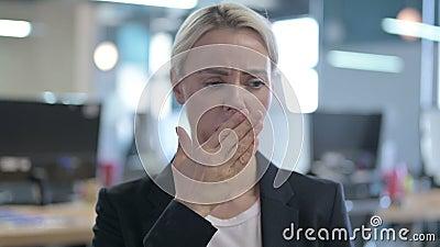 Portret van Tired Businesswoman met gevoel voor slaperigheid en gawning stock footage