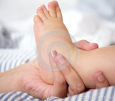 Portret van vrouwelijke de babyvoet van de handholding