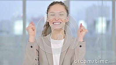 Portret van Young Businesswoman Celebrits met beide eerste stock footage