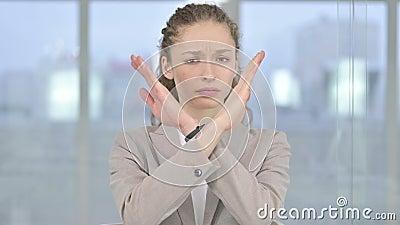 Portret van Young Businesswoman die nee zegt van Hand Gesture stock video