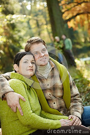Zadowolona para w parku