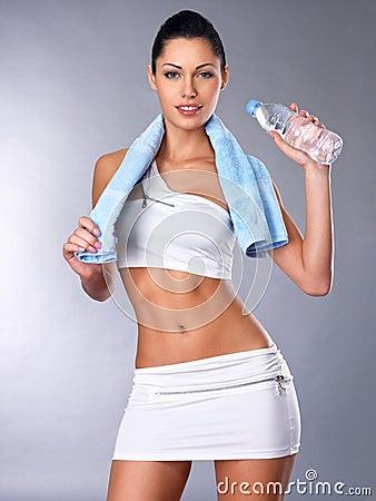 Portret zdrowa kobieta z wodą i ręcznikiem.