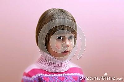 Portret zdziwiona cztery lat dziewczyna