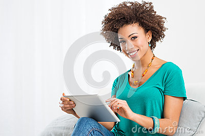 Afrikanische Frau, die Digital-Tablette verwendet