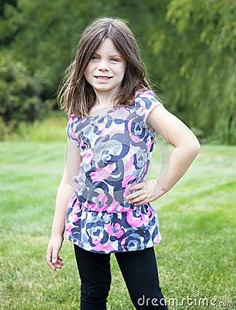 Porträt des recht jungen Mädchens