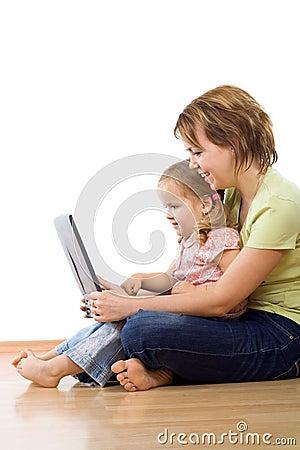 Portátil de observação da mulher e da menina