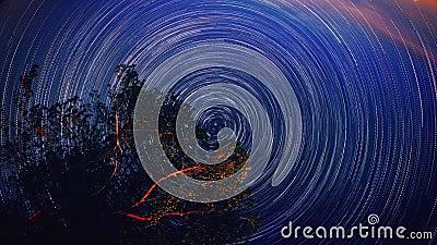 Poruszający gwiazda ślada w nocne niebo kurendzie Timelapse Drogi Mlecznej galaxy wiruje nad drzewnym pasmem w lato czasie UHD zdjęcie wideo