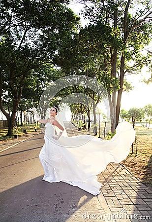Pose de mariée extérieure