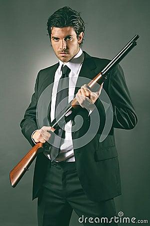 Pose della guardia del corpo di modo con il fucile da for Costo della costruzione del fucile da caccia