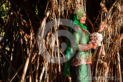 Pose nouvellement épousée de jeune mariée