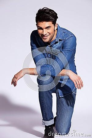 Poses d 39 homme sur un genou dans le studio images stock image 26496514 - Idee pose photo homme ...