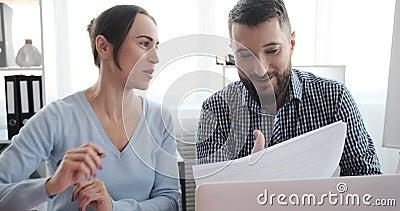 Positiva affärskolleger som analyserar dokument på kontoret lager videofilmer