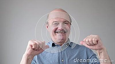 Positiver Glatzenläufer mit Schnurrbart, der lächelt und mit den Fingern auf sich selbst zeigt stock footage