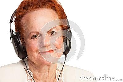 Positiver Senior in den Kopfhörern
