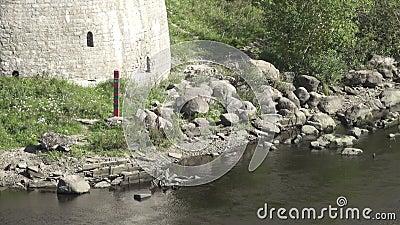 Posta di frontiera della Federazione Russa sulla sponda del fiume alla fortezza Ivangorod archivi video