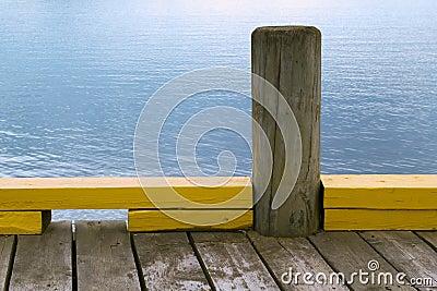 Poste de amarração de madeira na doca
