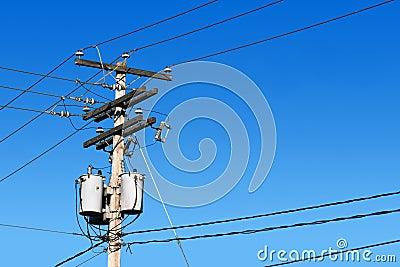 Poste de la línea eléctrica y cielo azul