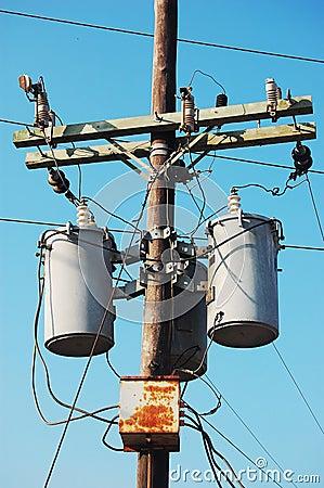 Poteau électrique avec le transformateur