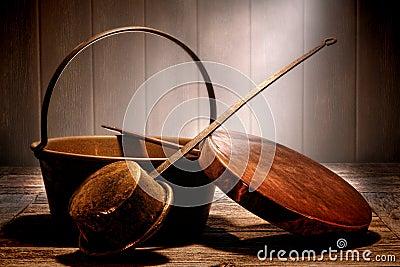 Potenciômetros e bandejas de cobre velhos na cozinha antiga envelhecida
