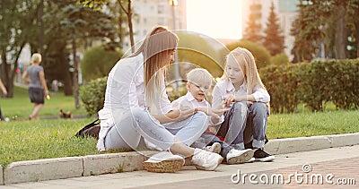 Potomstwa matkują z blond chłopiec i dziewczyną ma zabawę w lato parku zdjęcie wideo