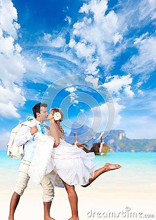 Potomstwo para przy ich plażowym ślubem