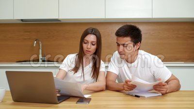 Potomstwo pary gospodarowania finanse, przegląda ich konta bankowe używać laptop zbiory wideo
