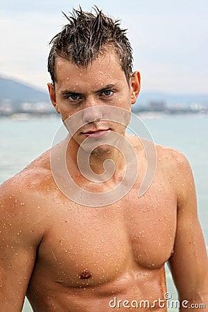 Potrait del hombre atractivo mojado del músculo